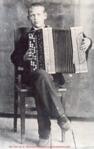 Олекса-юнак грає на баяні