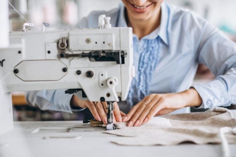 Женщина и швейная машинка
