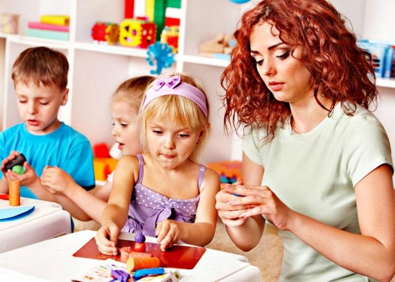 Дети и воспитательница