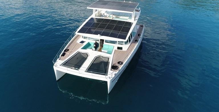 Катамаран с солнечными батареями